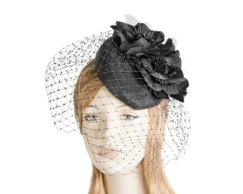 Black pillnox racing fascinator with veil